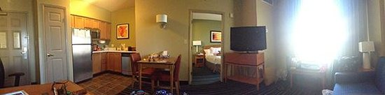 Residence Inn Anaheim Resort Area: Pano view of king bed room.