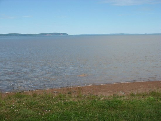 Beach Breeze Motel: Beautiful Blomidon Across the Bay