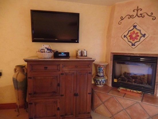 Avila La Fonda Hotel: tv next to fireplace