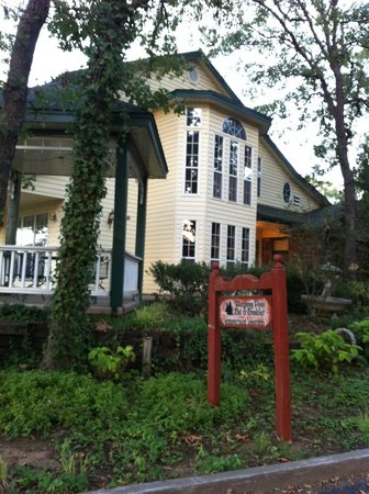‪Whispering Pines Bed and Breakfast‬