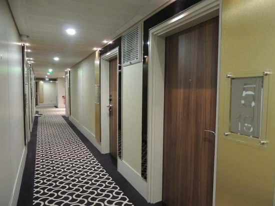 Hallway on 5th floor as seen from elevator bank picture for Hotel paris porte maillot