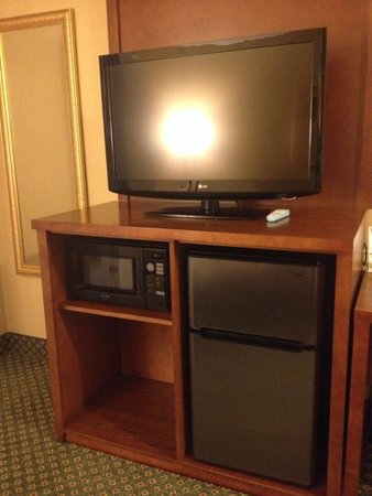 Comfort Suites Oakbrook Terrace: Living room entertainment center + fridge + microwave