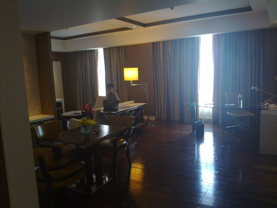 Crowne Plaza Today New Delhi Okhla: spacious living area of the suite