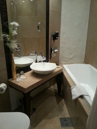 Savoy Boutique Hotel: bathroom for 302