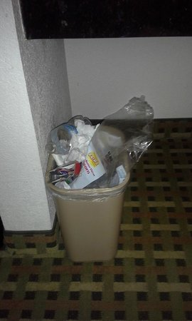 Comfort Suites: Trash cans not emptied over night