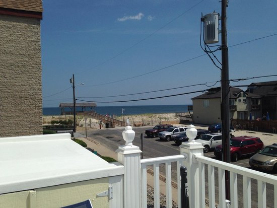 The Beach Club at Pearl Street: The view from the upstairs deck. Love it!