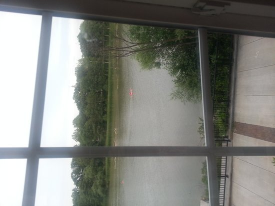 Staybridge Suites Rochester University: kayaker passing by my room