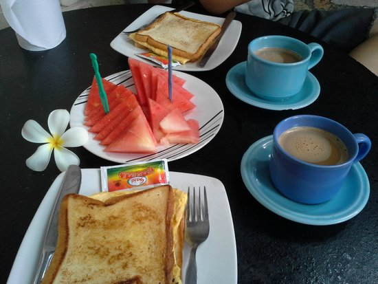 Dana Guesthouse: nice breakfast with flowers