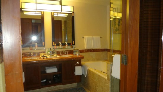 Four Seasons Resort Punta Mita: Spacious tub and roomy shower