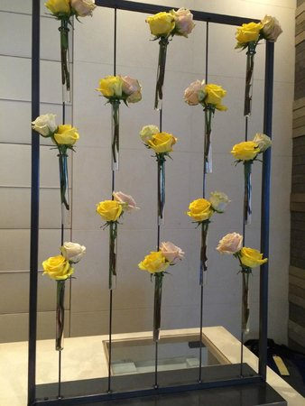 Four Seasons Hotel Seattle: Flowers are beyond stunning everywhere