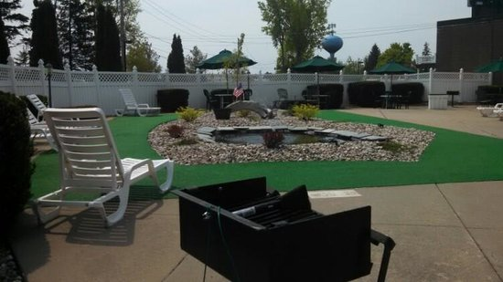 Econo Lodge Inn & Suites - Plattsburgh: Outside Cooking Grills