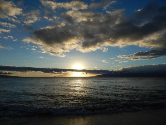 Royal Lahaina Resort: Sunset view from our room