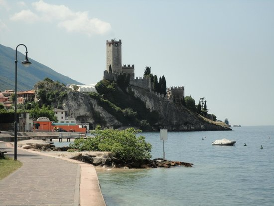 Piccolo Hotel: Nearby Malcesine from the Lake walk from the Hotel