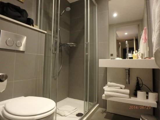 Helzear Champs Elysees : bathroom of 2 rooms apartment