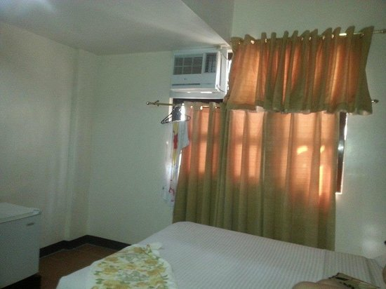 La Carmela de Boracay: The aircon is clearly not suited to the size of the room hence very hot