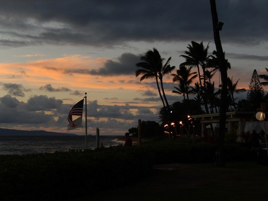 Royal Lahaina Resort: Sunset by the pool
