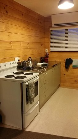 Hanmer Springs Top 10 Holiday Park: Small but well equipped kitchen