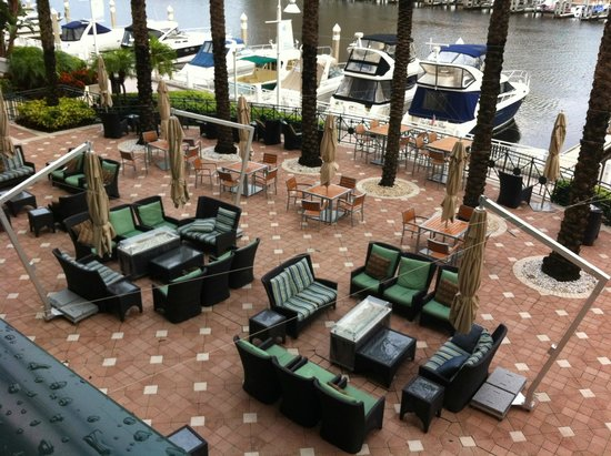 Tampa Marriott Waterside Hotel and Marina: outside sitting area