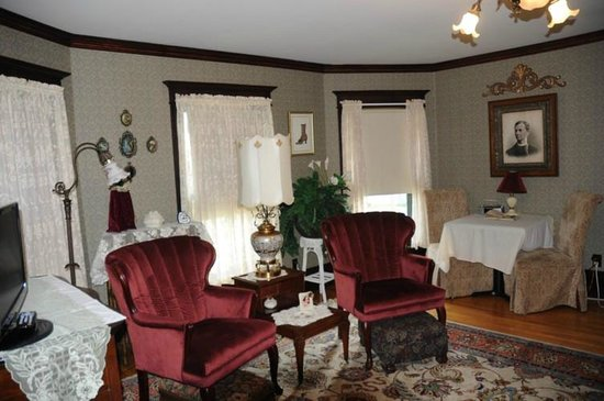 Westby House Inn: Partial view of the sitting room in the Tower Suite
