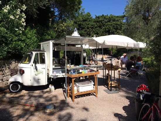 The place to be picture of le cafe qui roule eze for Cafe du jardin eze