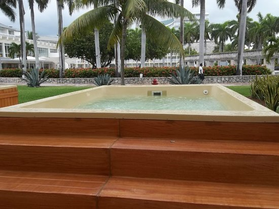 Memories Grand Bahama Beach and Casino Resort: This is our plunge pool