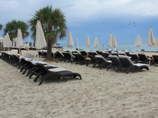 Memories Grand Bahama Beach and Casino Resort: Decent size beach with great chairs