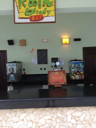 Grand Palladium Jamaica Resort & Spa: Pool Bar closed 5pm