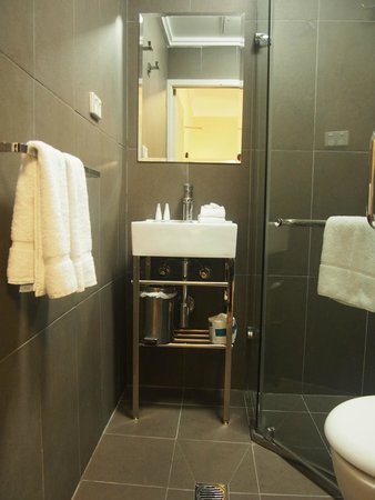 The Bayswater Sydney: Clean and small bathroom