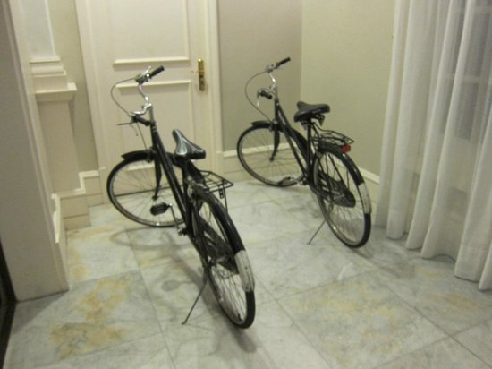 Eastern & Oriental Hotel: bicycles for rent!