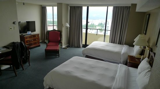 Empire Landmark Hotel and Conference Center: Bedroom/living room