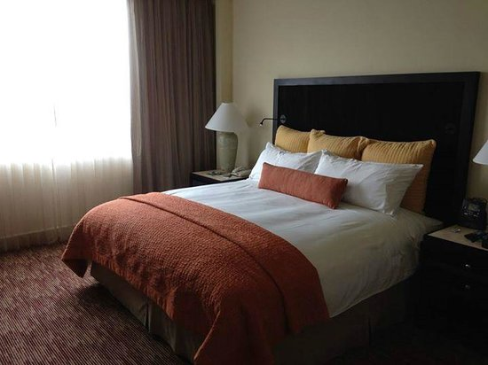 Real InterContinental San Salvador at Metrocentro Mall: Suite - bedroom
