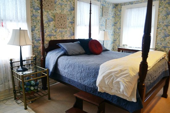 Grape Arbor Bed and Breakfast: Inside our room