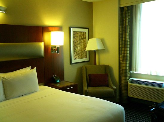 DoubleTree by Hilton Hotel New York City - Financial District: 30階以上の高層階 部屋はシンプル