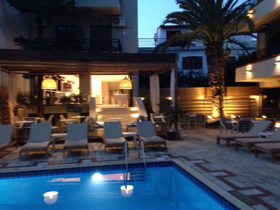 Pool and adjoining bar picture of bourtzi boutique hotel for Bourtzi hotel skiathos