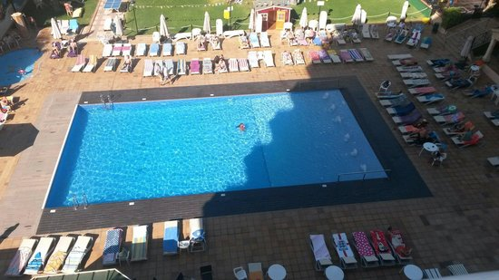 View from balcony at back of hotel picture of hotel - Toallas piscina ...