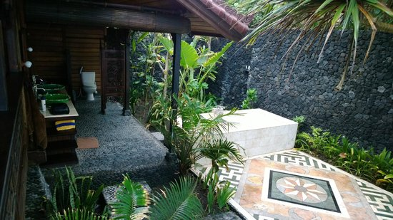 Turtle Bay Hideaway: Outdoor bathroom