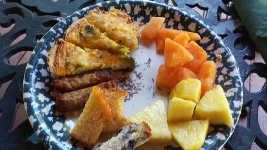 Whispering Pines Lodge: Huge Breakfast spread with plenty of yummy choices