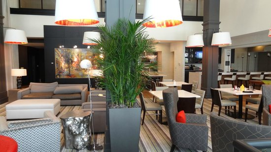 Hilton Garden Inn Charleston Waterfront/Downtown: The hotel lobby and dining area