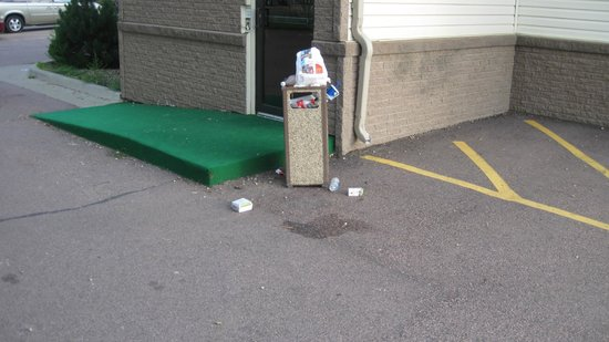 Super 8 Sioux Falls/I-90/Airport East: Overflowing Trash