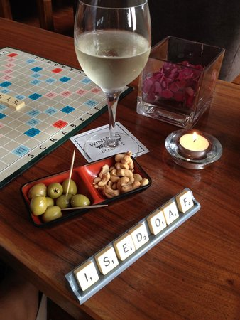 Wineport Lodge: Pre dinner drinks and games