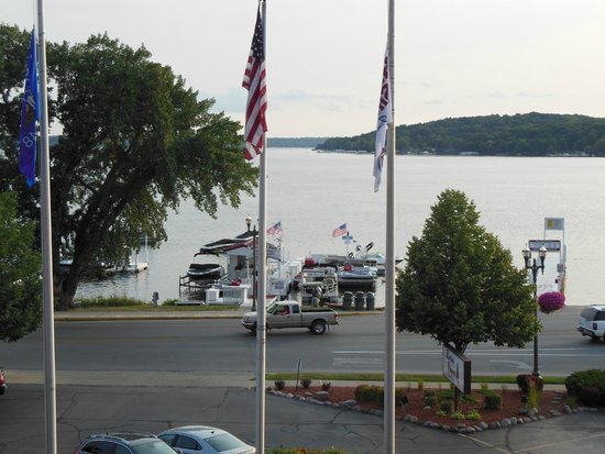 Harbor Shores on Lake Geneva: View from room faces straight out onto lake, lovely to watch people stroll by and boats drifting