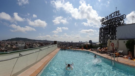 NH Barcelona Calderón: Pool on the roof with the view of the city