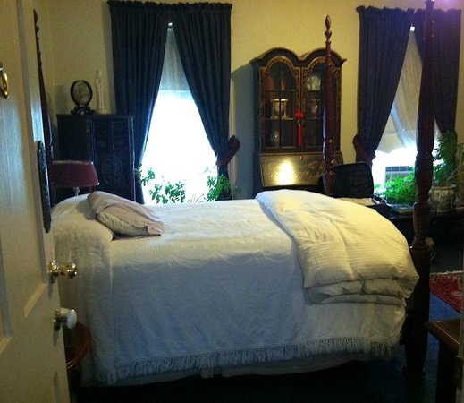 Brownstone Inn Downtown: A comfy bed in a large room