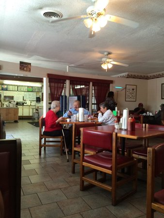 Timmonsville, SC: Dining room. The ordering counter is in the back and then you walk to the dining room