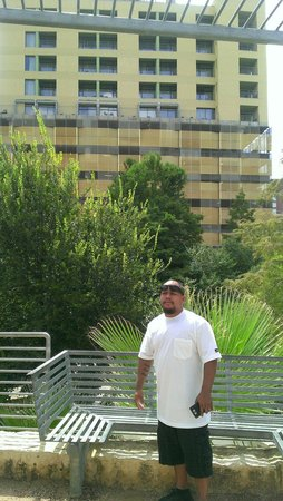 Drury Plaza Hotel Riverwalk: The San Fernando tower that has the balcony rooms from the courtyard across the river. The terra