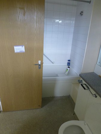 Bath room picture of pontins pakefield holiday park for Lowestoft bathroom centre