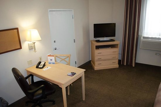 Candlewood Suites Meridian Business Center: Table, TV and dresser