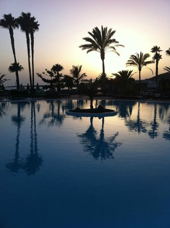 H10 Timanfaya Palace: The view of the swimming pool overlooking the sunset