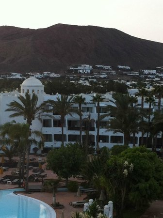 H10 Timanfaya Palace: The view of the balcony outside reception