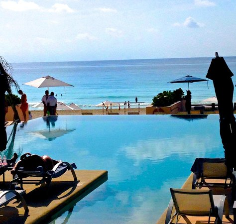 Secrets The Vine Cancun Resort & Spa: Infinity pool facing with beach access.